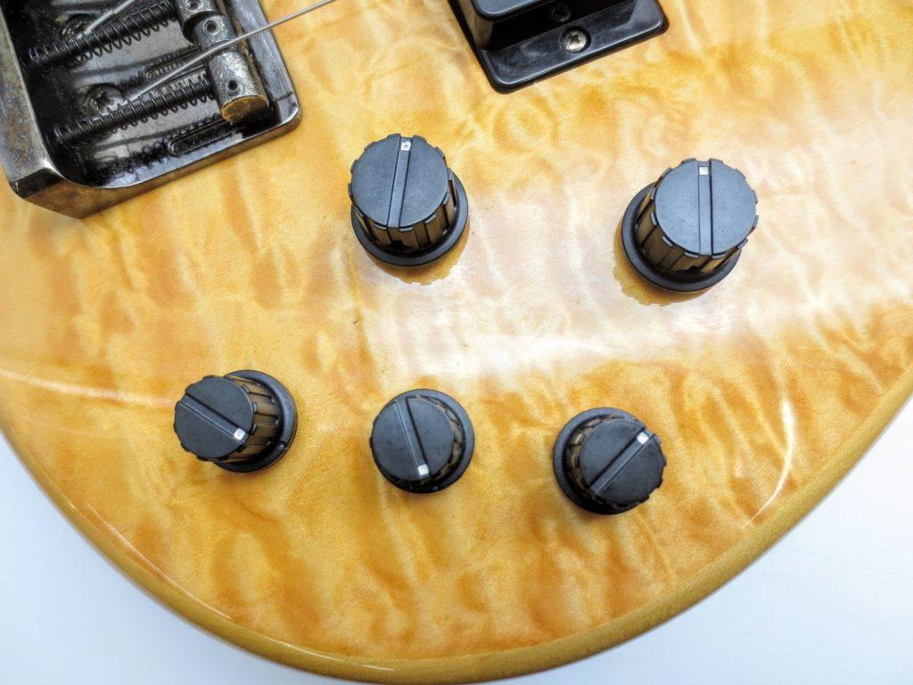 ヤマハ TRB1006 6弦エレキベースのコントロールノブ